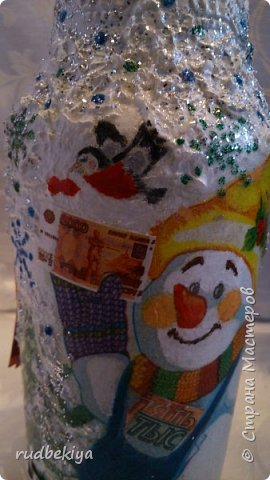 Дорогие Мастера и Мастерицы! Хочу поздравить вас с наступающим Старым Новым годом!!!! Старый Новый Год, как чудо,  Что приходит ни откуда  И уходит навсегда,  Непонятно нам куда.  Легкой поступью морозной  Он покрыл березы, сосны  И велит себя опять  Ровно в полночь нам встречать.  Дорогие гости наши,  Мы желаем вам добра,  И здоровья, и достатка,  И французского вина.  Старый Новый Год пусть будет  Лучше всех прошедших лет.  Дети пусть приносят радость,  А в любви – опять рассвет. (Ольга Теплякова). Новый год как известно не может быть без подарков, поэтому представляю Вам подарочные бутылочки - елочки 2015 года.   фото 18