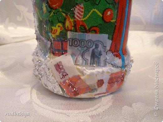 Дорогие Мастера и Мастерицы! Хочу поздравить вас с наступающим Старым Новым годом!!!! Старый Новый Год, как чудо,  Что приходит ни откуда  И уходит навсегда,  Непонятно нам куда.  Легкой поступью морозной  Он покрыл березы, сосны  И велит себя опять  Ровно в полночь нам встречать.  Дорогие гости наши,  Мы желаем вам добра,  И здоровья, и достатка,  И французского вина.  Старый Новый Год пусть будет  Лучше всех прошедших лет.  Дети пусть приносят радость,  А в любви – опять рассвет. (Ольга Теплякова). Новый год как известно не может быть без подарков, поэтому представляю Вам подарочные бутылочки - елочки 2015 года.   фото 23