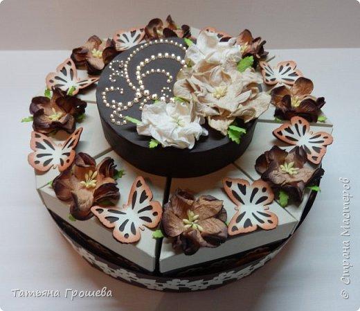 """Ну вот и еще один тортик, на этот раз """"шоколадный"""", с сюрпризами и пожеланиями. Его я сделала в подарок подруге ко дню рождения. Обычно в каждый кусочек такого тортика кладут по небольшому """"сюрпризу"""" с пожеланием, но поскольку тортик сделан был для подруги и пожеланий было много, то положила в него столько пожеланий, сколько уместилось :))) фото 1"""