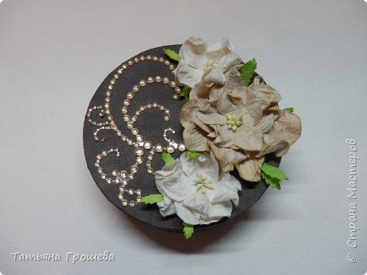 """Ну вот и еще один тортик, на этот раз """"шоколадный"""", с сюрпризами и пожеланиями. Его я сделала в подарок подруге ко дню рождения. Обычно в каждый кусочек такого тортика кладут по небольшому """"сюрпризу"""" с пожеланием, но поскольку тортик сделан был для подруги и пожеланий было много, то положила в него столько пожеланий, сколько уместилось :))) фото 3"""