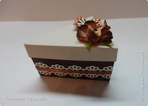 """Ну вот и еще один тортик, на этот раз """"шоколадный"""", с сюрпризами и пожеланиями. Его я сделала в подарок подруге ко дню рождения. Обычно в каждый кусочек такого тортика кладут по небольшому """"сюрпризу"""" с пожеланием, но поскольку тортик сделан был для подруги и пожеланий было много, то положила в него столько пожеланий, сколько уместилось :))) фото 5"""