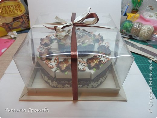 """Ну вот и еще один тортик, на этот раз """"шоколадный"""", с сюрпризами и пожеланиями. Его я сделала в подарок подруге ко дню рождения. Обычно в каждый кусочек такого тортика кладут по небольшому """"сюрпризу"""" с пожеланием, но поскольку тортик сделан был для подруги и пожеланий было много, то положила в него столько пожеланий, сколько уместилось :))) фото 24"""
