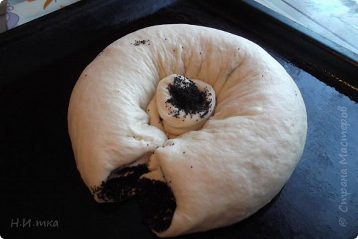 """Вот он с пылу с жару, только что из духовки!  Я пекла его на Рождество. Рецепт такого пирога, его ещё называют Бабушкиной салфеткой, я увидела на просторах интернета , в журнале """"1000 советов"""", в нашей СМ. Хочу похвастаться своим. фото 3"""