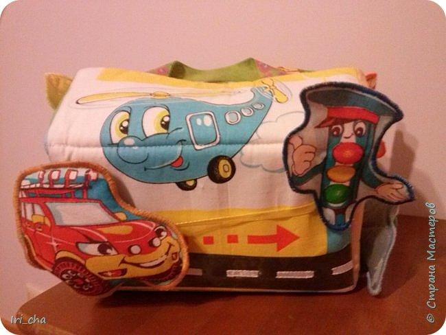 Добрый день! Сшился у меня в подарок племяннику вот такой вот гаражик! Разные застёжки, стрекозки - шуршат, большая машина - бибикает. фото 2