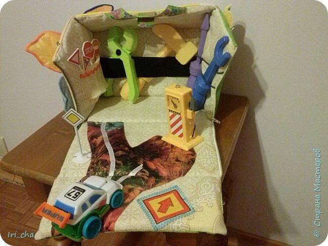 Добрый день! Сшился у меня в подарок племяннику вот такой вот гаражик! Разные застёжки, стрекозки - шуршат, большая машина - бибикает. фото 4