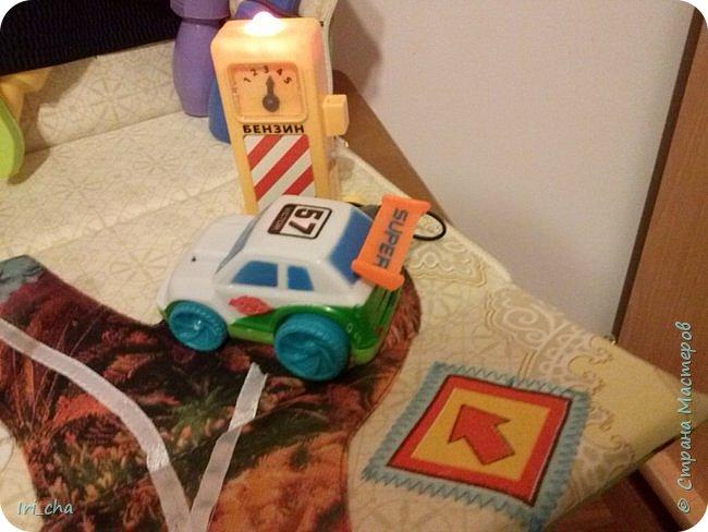 Добрый день! Сшился у меня в подарок племяннику вот такой вот гаражик! Разные застёжки, стрекозки - шуршат, большая машина - бибикает. фото 5