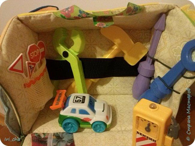Добрый день! Сшился у меня в подарок племяннику вот такой вот гаражик! Разные застёжки, стрекозки - шуршат, большая машина - бибикает. фото 6