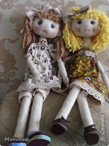 """Первый раз шила на заказ куколку. Женщина заказала на Новый год в подарок для четырёхлетней внучки. С заказчиком не было обговорено как должна  выглядеть кукла, единственное, что было сказано: """"на ваш вкус"""". До этого я шила в основном только интерьерные куклы Тильды и игрушки. ПОдумала, что такой куколкой играть маленькая девочка не будет. """"Перелопатив"""" интернет на тему выкроек, я бросила это дело, и сама нарисовала выкройку к такой кукле, какой я её вижу. Шить решила параллельно сразу две, на выбор заказчице. у, и в любом случае, одна останется у меня))) (в конце скажу какую, пусть будет небольшой интригой)))  фото 1"""