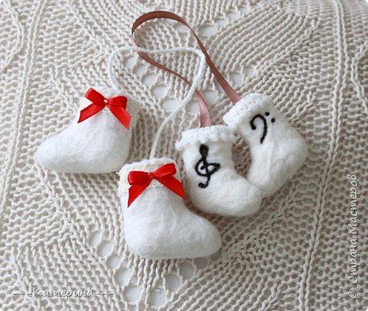 Увидев мини-валеночки Нины https://stranamasterov.ru/node/255116, я решила, что это будет милым сувениром, сделаным своими руками, тем более в год Козы и Овечки) И правда всем было приятно получить маленькие валеночки. фото 2