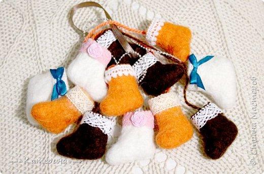 Увидев мини-валеночки Нины https://stranamasterov.ru/node/255116, я решила, что это будет милым сувениром, сделаным своими руками, тем более в год Козы и Овечки) И правда всем было приятно получить маленькие валеночки. фото 1