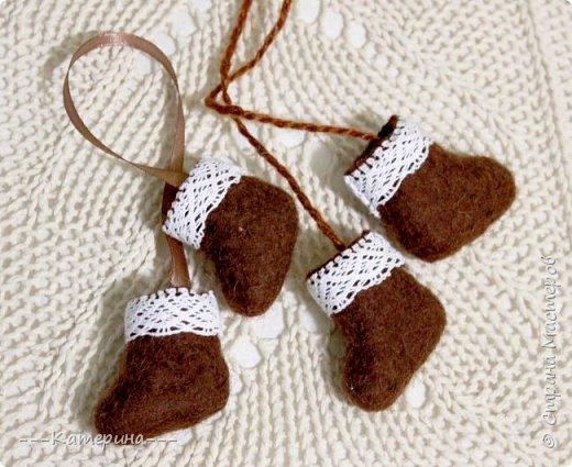 Увидев мини-валеночки Нины https://stranamasterov.ru/node/255116, я решила, что это будет милым сувениром, сделаным своими руками, тем более в год Козы и Овечки) И правда всем было приятно получить маленькие валеночки. фото 6