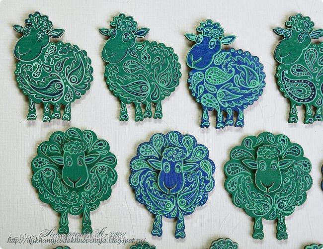 Привет всем!! Я сегодня пришла показать своих расписных овечек и лошадок. Ещё покажу елки, наряженные ими. Фотографий будет много))) Вот моё небольшое стадо)) точнее то, что от него осталось, т.к. часть уже раздарена)) фото 4
