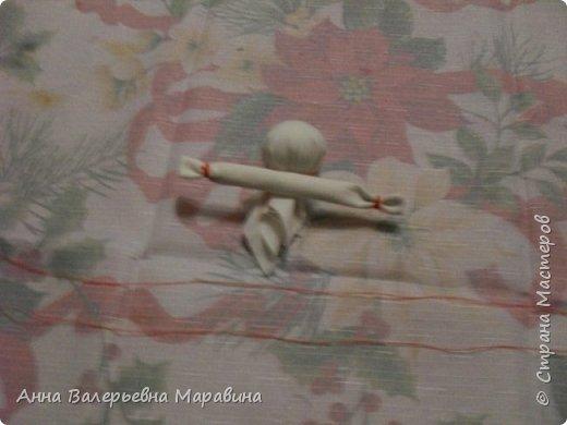 """Кукла-мотанка """"Исполнительница желаний"""". Принято верить,если сделать такую куклу,то она будет помогать исполнять желания.Для этого желание шепчется на пуговицу и носится при себе до его исполнения.После чего эту пуговицу пришивают на фартук кукле,как подарок и благодарность. фото 9"""