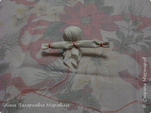 """Кукла-мотанка """"Исполнительница желаний"""". Принято верить,если сделать такую куклу,то она будет помогать исполнять желания.Для этого желание шепчется на пуговицу и носится при себе до его исполнения.После чего эту пуговицу пришивают на фартук кукле,как подарок и благодарность. фото 10"""