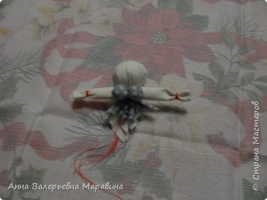 """Кукла-мотанка """"Исполнительница желаний"""". Принято верить,если сделать такую куклу,то она будет помогать исполнять желания.Для этого желание шепчется на пуговицу и носится при себе до его исполнения.После чего эту пуговицу пришивают на фартук кукле,как подарок и благодарность. фото 11"""