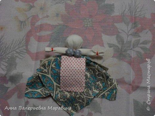 """Кукла-мотанка """"Исполнительница желаний"""". Принято верить,если сделать такую куклу,то она будет помогать исполнять желания.Для этого желание шепчется на пуговицу и носится при себе до его исполнения.После чего эту пуговицу пришивают на фартук кукле,как подарок и благодарность. фото 17"""