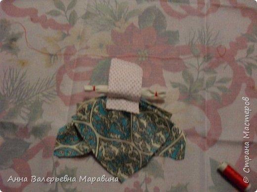 """Кукла-мотанка """"Исполнительница желаний"""". Принято верить,если сделать такую куклу,то она будет помогать исполнять желания.Для этого желание шепчется на пуговицу и носится при себе до его исполнения.После чего эту пуговицу пришивают на фартук кукле,как подарок и благодарность. фото 18"""