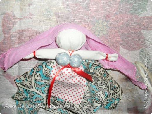 """Кукла-мотанка """"Исполнительница желаний"""". Принято верить,если сделать такую куклу,то она будет помогать исполнять желания.Для этого желание шепчется на пуговицу и носится при себе до его исполнения.После чего эту пуговицу пришивают на фартук кукле,как подарок и благодарность. фото 21"""