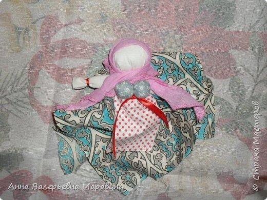 """Кукла-мотанка """"Исполнительница желаний"""". Принято верить,если сделать такую куклу,то она будет помогать исполнять желания.Для этого желание шепчется на пуговицу и носится при себе до его исполнения.После чего эту пуговицу пришивают на фартук кукле,как подарок и благодарность. фото 22"""