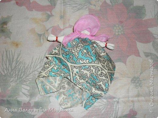 """Кукла-мотанка """"Исполнительница желаний"""". Принято верить,если сделать такую куклу,то она будет помогать исполнять желания.Для этого желание шепчется на пуговицу и носится при себе до его исполнения.После чего эту пуговицу пришивают на фартук кукле,как подарок и благодарность. фото 23"""