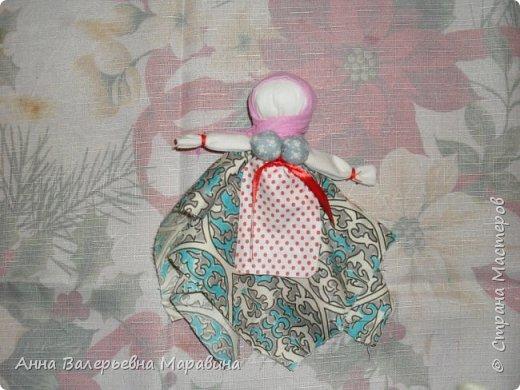 """Кукла-мотанка """"Исполнительница желаний"""". Принято верить,если сделать такую куклу,то она будет помогать исполнять желания.Для этого желание шепчется на пуговицу и носится при себе до его исполнения.После чего эту пуговицу пришивают на фартук кукле,как подарок и благодарность. фото 25"""