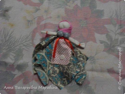 """Кукла-мотанка """"Исполнительница желаний"""". Принято верить,если сделать такую куклу,то она будет помогать исполнять желания.Для этого желание шепчется на пуговицу и носится при себе до его исполнения.После чего эту пуговицу пришивают на фартук кукле,как подарок и благодарность. фото 1"""