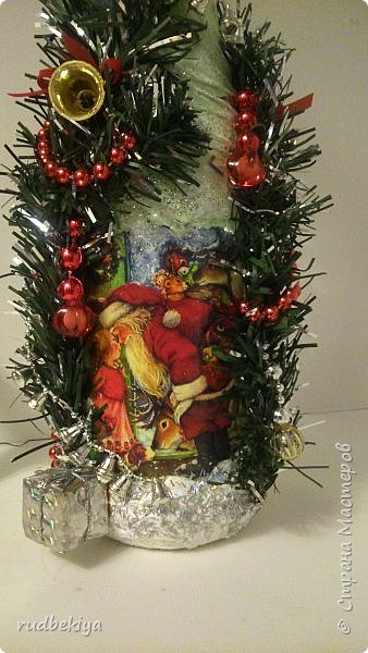 Дорогие Мастера и Мастерицы! Хочу поздравить вас с наступающим Старым Новым годом!!!! Старый Новый Год, как чудо,  Что приходит ни откуда  И уходит навсегда,  Непонятно нам куда.  Легкой поступью морозной  Он покрыл березы, сосны  И велит себя опять  Ровно в полночь нам встречать.  Дорогие гости наши,  Мы желаем вам добра,  И здоровья, и достатка,  И французского вина.  Старый Новый Год пусть будет  Лучше всех прошедших лет.  Дети пусть приносят радость,  А в любви – опять рассвет. (Ольга Теплякова). Новый год как известно не может быть без подарков, поэтому представляю Вам подарочные бутылочки - елочки 2015 года.   фото 35
