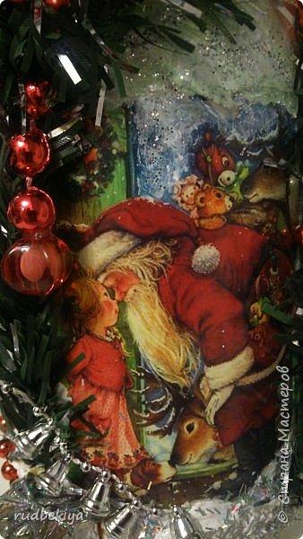 Дорогие Мастера и Мастерицы! Хочу поздравить вас с наступающим Старым Новым годом!!!! Старый Новый Год, как чудо,  Что приходит ни откуда  И уходит навсегда,  Непонятно нам куда.  Легкой поступью морозной  Он покрыл березы, сосны  И велит себя опять  Ровно в полночь нам встречать.  Дорогие гости наши,  Мы желаем вам добра,  И здоровья, и достатка,  И французского вина.  Старый Новый Год пусть будет  Лучше всех прошедших лет.  Дети пусть приносят радость,  А в любви – опять рассвет. (Ольга Теплякова). Новый год как известно не может быть без подарков, поэтому представляю Вам подарочные бутылочки - елочки 2015 года.   фото 36
