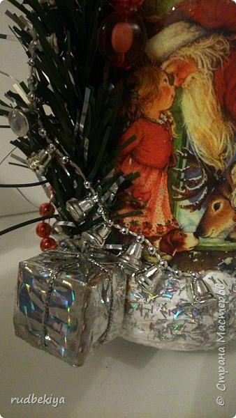 Дорогие Мастера и Мастерицы! Хочу поздравить вас с наступающим Старым Новым годом!!!! Старый Новый Год, как чудо,  Что приходит ни откуда  И уходит навсегда,  Непонятно нам куда.  Легкой поступью морозной  Он покрыл березы, сосны  И велит себя опять  Ровно в полночь нам встречать.  Дорогие гости наши,  Мы желаем вам добра,  И здоровья, и достатка,  И французского вина.  Старый Новый Год пусть будет  Лучше всех прошедших лет.  Дети пусть приносят радость,  А в любви – опять рассвет. (Ольга Теплякова). Новый год как известно не может быть без подарков, поэтому представляю Вам подарочные бутылочки - елочки 2015 года.   фото 37