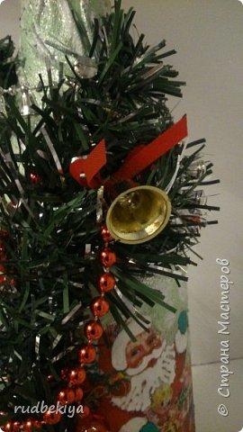Дорогие Мастера и Мастерицы! Хочу поздравить вас с наступающим Старым Новым годом!!!! Старый Новый Год, как чудо,  Что приходит ни откуда  И уходит навсегда,  Непонятно нам куда.  Легкой поступью морозной  Он покрыл березы, сосны  И велит себя опять  Ровно в полночь нам встречать.  Дорогие гости наши,  Мы желаем вам добра,  И здоровья, и достатка,  И французского вина.  Старый Новый Год пусть будет  Лучше всех прошедших лет.  Дети пусть приносят радость,  А в любви – опять рассвет. (Ольга Теплякова). Новый год как известно не может быть без подарков, поэтому представляю Вам подарочные бутылочки - елочки 2015 года.   фото 39