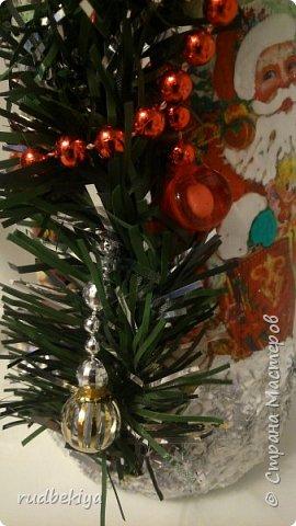 Дорогие Мастера и Мастерицы! Хочу поздравить вас с наступающим Старым Новым годом!!!! Старый Новый Год, как чудо,  Что приходит ни откуда  И уходит навсегда,  Непонятно нам куда.  Легкой поступью морозной  Он покрыл березы, сосны  И велит себя опять  Ровно в полночь нам встречать.  Дорогие гости наши,  Мы желаем вам добра,  И здоровья, и достатка,  И французского вина.  Старый Новый Год пусть будет  Лучше всех прошедших лет.  Дети пусть приносят радость,  А в любви – опять рассвет. (Ольга Теплякова). Новый год как известно не может быть без подарков, поэтому представляю Вам подарочные бутылочки - елочки 2015 года.   фото 40