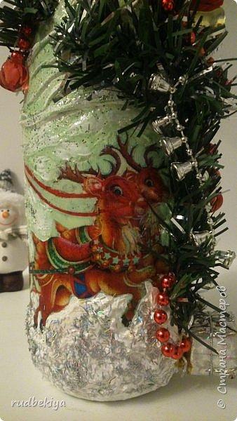 Дорогие Мастера и Мастерицы! Хочу поздравить вас с наступающим Старым Новым годом!!!! Старый Новый Год, как чудо,  Что приходит ни откуда  И уходит навсегда,  Непонятно нам куда.  Легкой поступью морозной  Он покрыл березы, сосны  И велит себя опять  Ровно в полночь нам встречать.  Дорогие гости наши,  Мы желаем вам добра,  И здоровья, и достатка,  И французского вина.  Старый Новый Год пусть будет  Лучше всех прошедших лет.  Дети пусть приносят радость,  А в любви – опять рассвет. (Ольга Теплякова). Новый год как известно не может быть без подарков, поэтому представляю Вам подарочные бутылочки - елочки 2015 года.   фото 30