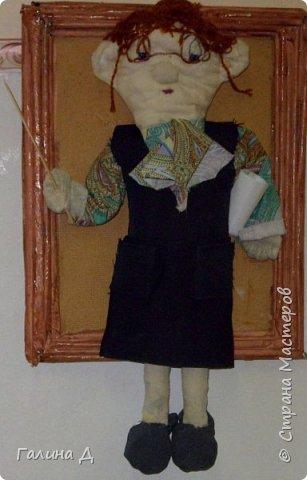 Здравствуйте Все! Из старой льняной ткани получились вот такие настенные куклы в рамках. Даже жалко было их приклеивать на основу. Такими куклами можно украсить , например, рабочий кабинет. Может быть ещё потом сошью. Только образы какие не знаю. Ничего на ум не приходит, кроме клоунов. Может подскажет кто? Пожалуйста! Это строгая учительница. фото 1