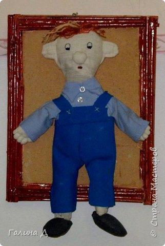 Здравствуйте Все! Из старой льняной ткани получились вот такие настенные куклы в рамках. Даже жалко было их приклеивать на основу. Такими куклами можно украсить , например, рабочий кабинет. Может быть ещё потом сошью. Только образы какие не знаю. Ничего на ум не приходит, кроме клоунов. Может подскажет кто? Пожалуйста! Это строгая учительница. фото 4
