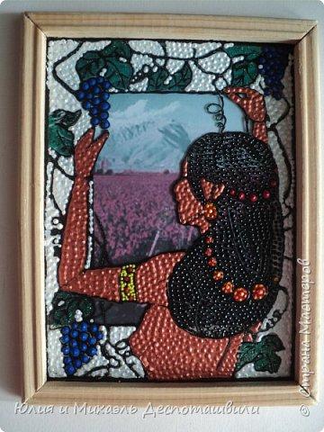 Очень мне понравилась идея смены фона за окном! Чувствую, не раз еще к ней вернусь. И вот очередная работа в таком стиле. Здесь туземочка любуется на монумент Матери Грузии в Тбилиси, лакомясь его щедрыми дарами винограда фото 3