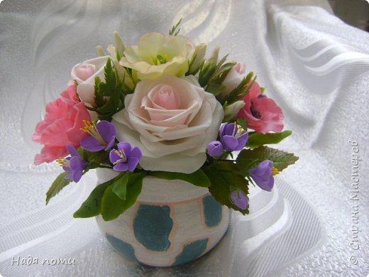 Вот такой букетик получился .Роза из глинки Fleur ,а все остальные цветочки и зелень из самоварного фарфора.Горшочек временный ,так как еще не приобрела что-то подходящее. фото 1