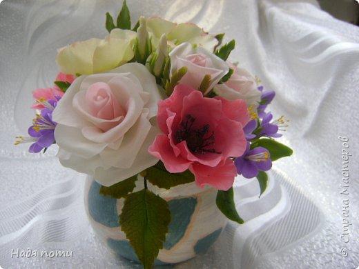 Вот такой букетик получился .Роза из глинки Fleur ,а все остальные цветочки и зелень из самоварного фарфора.Горшочек временный ,так как еще не приобрела что-то подходящее. фото 2