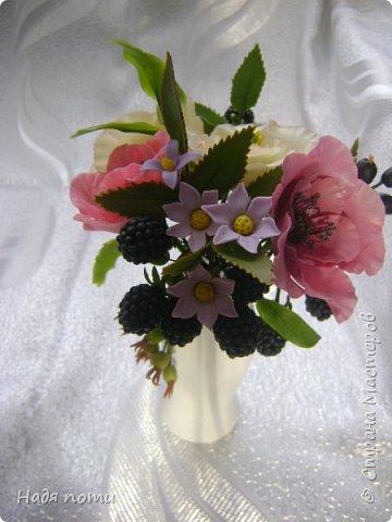 Вот такой букетик получился .Роза из глинки Fleur ,а все остальные цветочки и зелень из самоварного фарфора.Горшочек временный ,так как еще не приобрела что-то подходящее. фото 5
