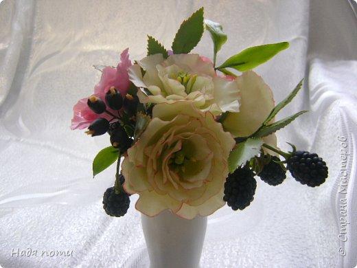 Вот такой букетик получился .Роза из глинки Fleur ,а все остальные цветочки и зелень из самоварного фарфора.Горшочек временный ,так как еще не приобрела что-то подходящее. фото 6