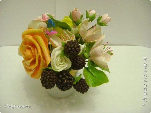 Вот такой букетик получился .Роза из глинки Fleur ,а все остальные цветочки и зелень из самоварного фарфора.Горшочек временный ,так как еще не приобрела что-то подходящее. фото 9