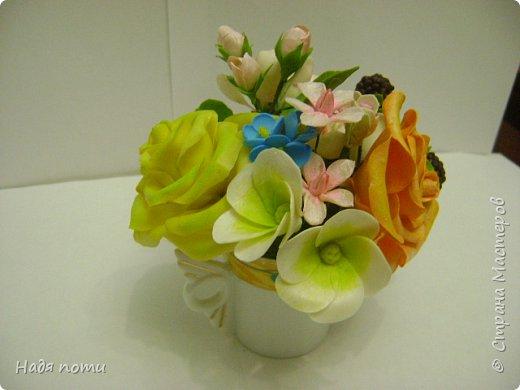 Вот такой букетик получился .Роза из глинки Fleur ,а все остальные цветочки и зелень из самоварного фарфора.Горшочек временный ,так как еще не приобрела что-то подходящее. фото 8