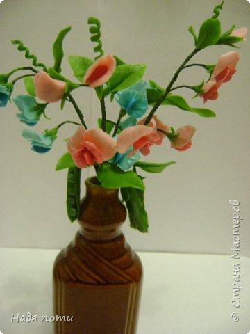 Вот такой букетик получился .Роза из глинки Fleur ,а все остальные цветочки и зелень из самоварного фарфора.Горшочек временный ,так как еще не приобрела что-то подходящее. фото 10