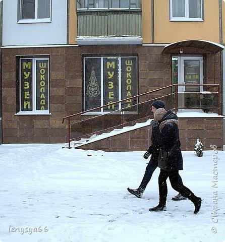 Здравствуйте, дорогие соседи! 11 января белорусскому шоколаду исполнилось 110 лет. Именно в этот день в далеком 1905 году в Минске открылась первая кондитерская. А ровно месяц назад в Витебске открылся первый в Белоруси музей шоколада. Находится он на первом этаже обыкновенного жилого дома. А побывали мы там целой компанией- к нам в гости на 18-летие мой дочери Яны приехала моя сестра Юля с дочерью Дашей из Ростова-на Дону. Встретили нас две приветливые женщины- директор музея Любовь Иванова со свой помощницей. Чтобы было поменьше исскушения попробовать сладкие экспонаты вместе с билетами нам вручили по маленькой шоколадке фото 1