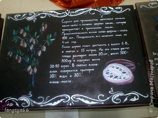 Здравствуйте, дорогие соседи! 11 января белорусскому шоколаду исполнилось 110 лет. Именно в этот день в далеком 1905 году в Минске открылась первая кондитерская. А ровно месяц назад в Витебске открылся первый в Белоруси музей шоколада. Находится он на первом этаже обыкновенного жилого дома. А побывали мы там целой компанией- к нам в гости на 18-летие мой дочери Яны приехала моя сестра Юля с дочерью Дашей из Ростова-на Дону. Встретили нас две приветливые женщины- директор музея Любовь Иванова со свой помощницей. Чтобы было поменьше исскушения попробовать сладкие экспонаты вместе с билетами нам вручили по маленькой шоколадке фото 4