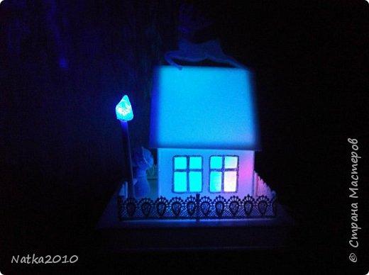 Вот такие подарочки мы с сыном сделали перед Новым годом. Все домики хоть и выглядят похоже, но ночью светятся по-разному. фото 1