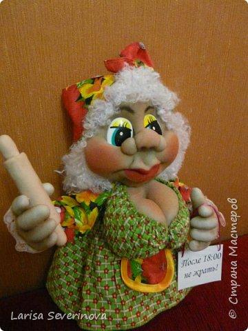 Очень мне понравились магнитики на холодильник Елены Лаврентьевой,и глядя на них у меня получилась вот такая кукла,своим результатом я довольна .Скалка из пластики единственный недостаток она(скалка)получилась тяжёлая.Надпись наверно грубовато ,но для Солохи  я так думаю подходит. фото 3