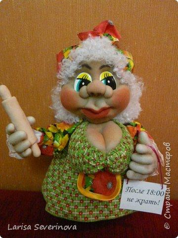 Очень мне понравились магнитики на холодильник Елены Лаврентьевой,и глядя на них у меня получилась вот такая кукла,своим результатом я довольна .Скалка из пластики единственный недостаток она(скалка)получилась тяжёлая.Надпись наверно грубовато ,но для Солохи  я так думаю подходит. фото 2