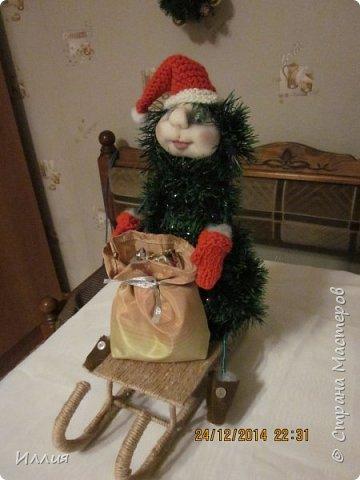 Дачно вынашивала мысль сделать елку везущую на санках мешок с подарками. И как только учитель дал нам задание сделать поделку к новогодним праздникам началась работа. Вот что из этого получилось. фото 5