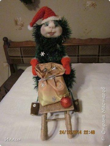 Дачно вынашивала мысль сделать елку везущую на санках мешок с подарками. И как только учитель дал нам задание сделать поделку к новогодним праздникам началась работа. Вот что из этого получилось. фото 6