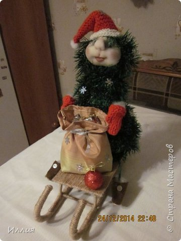 Дачно вынашивала мысль сделать елку везущую на санках мешок с подарками. И как только учитель дал нам задание сделать поделку к новогодним праздникам началась работа. Вот что из этого получилось. фото 1